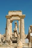 Porta velha ao templo de Aphaia em Aegina na ilha de Grécia imagens de stock