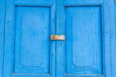 Porta velha azul com lockset da chave da pá Fotografia de Stock