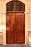 Porta velha com aldrava Imagens de Stock Royalty Free