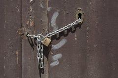 Porta velha com fechamento do metal Imagem de Stock Royalty Free