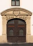Porta velha com frame de pedra bonito Imagens de Stock Royalty Free