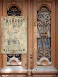 Porta velha com os vidros quebrados Imagens de Stock Royalty Free