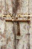 Porta velha com parafuso oxidado e pintura descascada na baía de Spinola, ` juliano s do St, Malta, detalhe fotos de stock