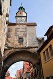 Porta velha da cidade no der Tauber do ob de Rothenburg foto de stock