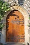 Porta velha da igreja do carvalho fechada imagens de stock
