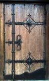 Porta velha de madeira com elementos do forjamento Imagens de Stock