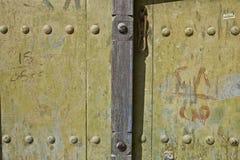 Porta velha do detalhe em Al Hamra Yemen Village em Omã no meio foto de stock