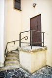 Porta velha do ferro com trilhos e escadaria à igreja Fotografia de Stock
