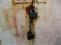 Porta velha do metal com fechamentos fotos de stock royalty free