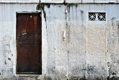 Porta velha do metal de Brown em uma porta branca Imagens de Stock