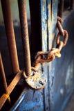 A porta velha do metal fechado no fechamento Foto de Stock Royalty Free