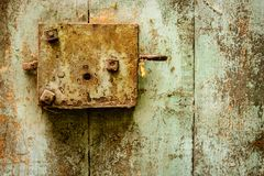 Porta velha e fechadura da porta oxidada Fotos de Stock Royalty Free