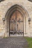 Porta velha em um archway de pedra Imagens de Stock Royalty Free