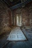 Porta velha em uma construção abandonada Foto de Stock Royalty Free