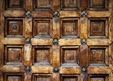 Porta velha feita da madeira com teste padrão antigo Fotos de Stock Royalty Free