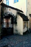 Porta velha na cidade velha medieval de Tallinn, Estônia Foto de Stock