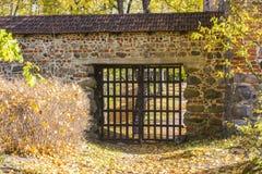 Porta velha no castelo de Trakai na queda lithuania imagens de stock royalty free