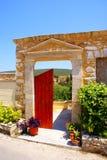 Porta velha no console de Kythera, Greece imagens de stock