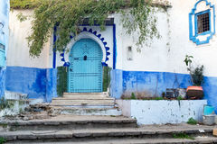 Porta velha no medina azul de Chefchaouen, Marrocos Foto de Stock Royalty Free