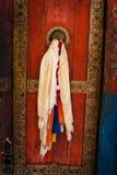 Porta velha no monastério budista imagem de stock