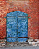 Porta velha resistida na parede de tijolo Fotografia de Stock Royalty Free