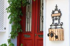 Porta velha vermelha em Bozcaada Turquia imagem de stock