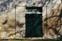 Porta verde, abbandonata Fotografia Stock Libera da Diritti