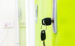 Porta verde com chaves no fechamento Foto de Stock Royalty Free