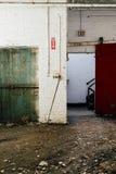 Porta verde dell'elevatore & portello scorrevole rosso - fabbrica abbandonata Fotografie Stock
