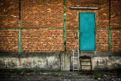 Porta verde na parede de tijolo Fotos de Stock