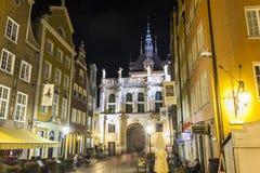 A porta verde na rua principal de Gdansk chamou Dluga Imagens de Stock