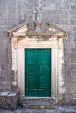Porta verde nella vecchia città di Perast Fotografie Stock Libere da Diritti