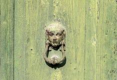 Porta verde velha, aldrava do ferro Imagem de Stock