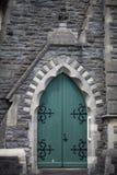 Porta verde velha do chuch fotos de stock