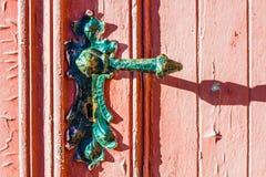 porta vermelha castigado pelo mau tempo velha com o botão de porta velho do vintage, superfície com pintura textured rachada fotografia de stock