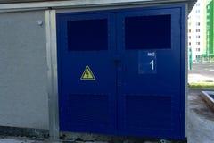 Porta vermelha da garagem com grades da ventilação Grande ascendente automático e sobre a porta da garagem com inclusão da porta  Foto de Stock