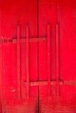 Porta vermelha da igreja com estilo tradicional tailandês da trava de madeira, templo budista da porta de madeira antiga Fotografia de Stock