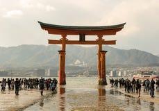 Porta vermelha de Itsukushima Torii, maré baixa, Miyajima Japão Fotos de Stock
