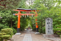 Porta vermelha do torii do santuário xintoísmo de Ujigami em Uji, Japão Imagens de Stock