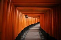 A porta vermelha famosa de Japão, Torii do santuário Kyoto de Fushimi Inari Taisha fotos de stock royalty free