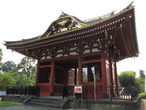 Porta vermelha japonesa tradicional do templo budista Imagem de Stock