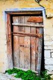 Porta vermelha resistida em uma vila Foto de Stock