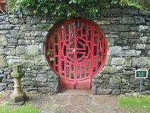 A porta vermelha travada no jardim chin?s com n?o incorpora o sinal fotografia de stock royalty free