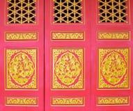 Porta Wat Borom Racha Kanchana Phisake do templo budista (Wat Leng Noei Yi 2) em Nonthaburi, Tailândia Fotografia de Stock