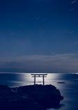 Porta xintoísmo japonesa no mar foto de stock