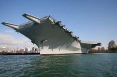 Portaaviones situado a mitad del camino de USS   Foto de archivo libre de regalías