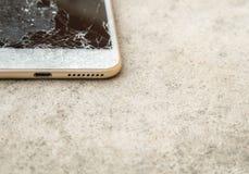 Portable ou comprimé cassé laissé tomber sur le plancher photos stock