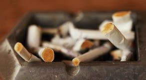 Portacenere con il ceppo delle sigarette Fotografia Stock