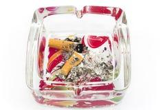 Portacenere con le estremità di sigaretta, isolate su bianco Fotografie Stock Libere da Diritti