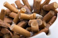 Portacenere del primo piano con le sigarette Fotografia Stock